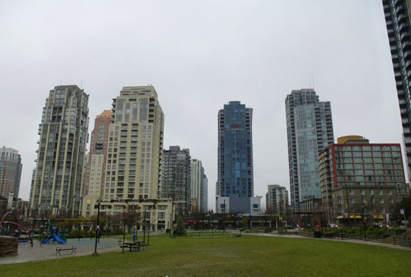 Vancouver_Yaletown_towers_park